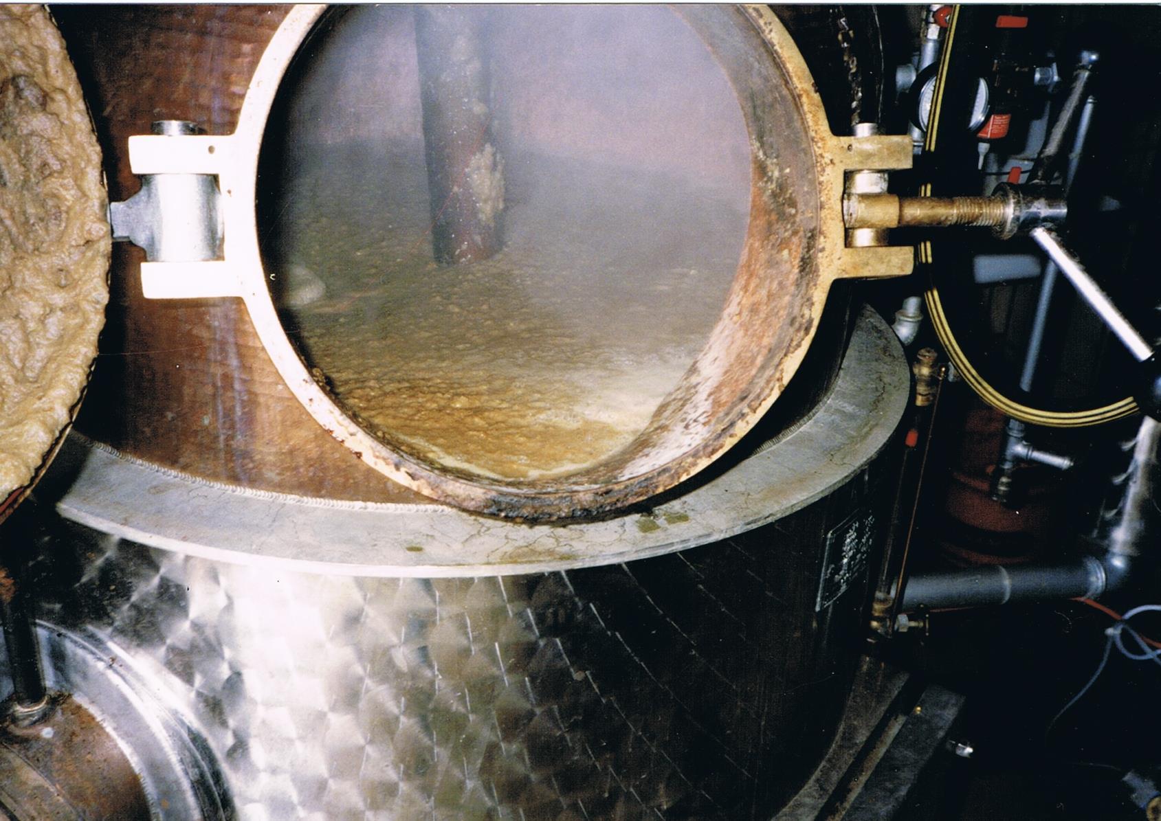 Der mit Maische befüllte Brennkessel