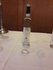 Flasche mit Edelbrand und Glas